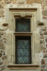 Prieuré - Français:   Détail montrant la restauration XIX° dans le pur style Viollet-le-Duc, des fenêtres de la façade ouest du prieuré de Champdieu (42).