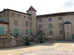 Château - Français:   Cour intérieure du château de Roche la Molière (Loire).