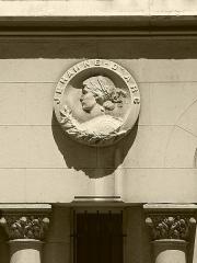 Immeuble dit Palais Mimard - Médaillon de Jeanne d'Arc sur la façade du palais Mimard à Saint-Etienne, chef-lieu du département de la Loire