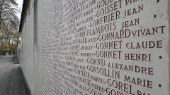 Parc de la Tête-d'Or - Cénotaphe avec gravure des noms des 10 600 lyonnais morts à la guerre, perspective1, monument aux morts de l'Île aux cygnes du parc de la Tête d'or