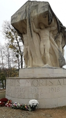 Parc de la Tête-d'Or - Cénotaphe et Jean et Auguste Larrivé, vue de 3/4 face,  monument aux morts de l'Île aux cygnes du parc de la Tête d'or