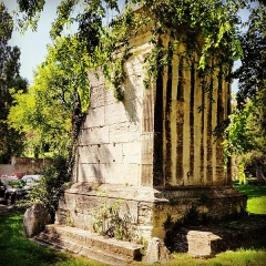 Tombeaux romains de Trion - English: The tomb of Turpio is a Roman tomb belonging to a set of ten funerary monuments discovered in the suburbs of Lyon in 1885. Turpio was therefore a rich freedman of the Ist century, a member of the college