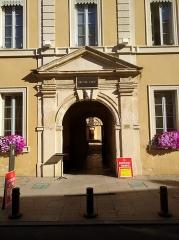 Hôpital - Français:   Portail d\'entrée de l\'hôtel Dieu à Villefranche-sur-Saône (Rhône, France).