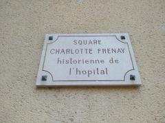 Hôpital - Français:   Plaque du square Charlotte Frenay à Villefranche-sur-Saône (Rhône, France).