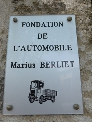 Demeure dite villa Marius Berliet - La villa M.Berliet construite entre 1911, 1912 appartient aujourd'hui à la Fondation de l'automobile M.Berliet. Fondée en 1899 la marque d'automobiles Berliet arrête la production de voitures en 1939 pour se consacrer au véhicules lourds (camions) pour lesquels elle reste connue aujourd'hui. En 1974, devenue filiale du groupe Renault Véhicules Industriels (RVI) la marque disparait.