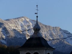 Eglise Notre-Dame - English: Sight of the top of Notre-Dame de Chambéry church bell tower with the snow-covered Pointe de la Gorgeat mountain in Chartreuse range at the background, in Chambéry, Savoie, France.