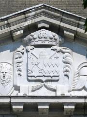 Hôtel des Douanes - English: Sight of coat of arms at the centre of the pediment of Hôtel de Clermont-Mont-Saint-Jean building, in Chambéry, Savoie, France.