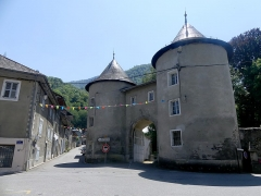 Château de Chamoux - English: Sight of the two entrance towers of the castle of Chamoux-sur-Gelon, in Savoie, France.