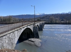 Pont Morens (également sur commune de Montmélian) - English: Sight of the western pillars of Pont Morens bridge crossing the river Isère from Montmélian to La Chavanne (opposite side), in Savoie, France.
