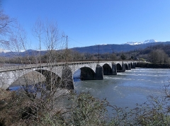 Pont Morens (également sur commune de Montmélian) - English: Sight of the western side of Pont Morens bridge crossing the river Isère from Montmélian to La Chavanne (opposite side), in Savoie, France.