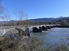 Pont Morens (également sur commune de Montmélian) - English:   Sight of the western side of Pont Morens bridge crossing the river Isère from Montmélian to La Chavanne (opposite side), in Savoie, France.