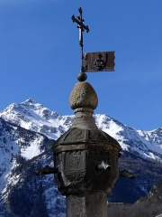 Fontaine en granit - English: Sight of the top of the granite fountain of Modane, in Savoie, France.
