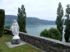 Abbaye de Hautecombe - English: Sight of Virgin Mary statue in the garden of Hautecombe abbey along the Bourget lake, in Savoie, France.