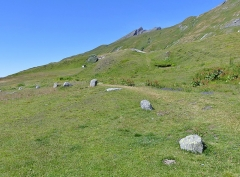 Cercle de pierres - English: Sight of a part of the stone circle (also called cromlech) of the Petit-Saint-Bernard pass (2,188 meters high) and crossed by the border between France and Italy.