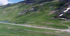 Cercle de pierres - English: View of the stone circle at Little Saint Bernard Pass, France crossing diagonally by the road. Remains of World War II fortifications are also visible.