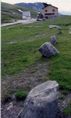 Cercle de pierres -  Vue du col du Petit-Saint-Bernard, partie française. Cliché perso. --²°¹°° 20 déc 2004 à 19:51 (CET)  Aperçu du côté français du col, avec, au premier plan, les pierres du cromlec'h. Au milieu de la route, l'ancienne douane.