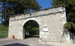 Château de Montrottier - English:   Gate of the Montrottier Castle in August 2019. Lovagny, France.