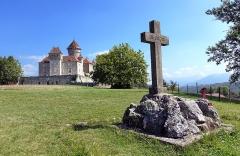 Château de Montrottier - English:   A cross and the Montrottier Castle in August 2019. Lovagny, France.