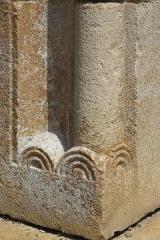 Ancienne chartreuse de Lugny - Deutsch: Chapelle de la Courroirie der ehehmaligen Kartause von Lugny in Leuglay im Département Côte-d'Or (Burgund/Frankreich), Säulenbasen am Portal