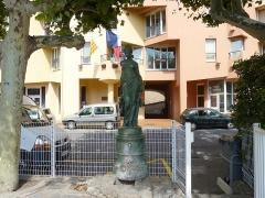 Fonderie du Val d'Osne - Français:   Fontaine avec statue de femme en pied, marque de fondeur sur la terrasse Fonderies du Val d\'Osne - 58 Bd Voltaire - Paris, Cerbère, Pyrenées-Orientales, Languedoc-Roussillon, France.