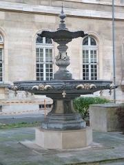 Fonderie du Val d'Osne - Français:   Fontaine dans le 1ère cour gauche, hôpital Lariboisière, Paris 10e arrondissement. Fonderie du Val d\'Osne.