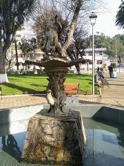 Fonderie du Val d'Osne - Español: Fuente de agua del Niño Pez, ubicada en la plaza de Armas de Lebu, Provincia de Arauco. Declarada monumento histórico nacional de Chile.