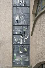 Immeuble -  Vitrail de façade (détail) de la façade de l'atelier Louis Barillet, vu de l'extérieur
