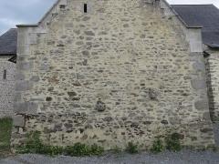Ensemble dénommé Le Grand Poillé - Français:   Détail façade nord, meurtrière, pierres débordant du mur dénotant éventuellement le départ de l\'ancienne enceinte.