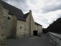 Ensemble dénommé Le Grand Poillé - Français:   Façade nord du logis, avec quatre meurtrières apparentes. La photo a été retouchée pour masquer l\'échelle ainsi que d\'autres biens privés.