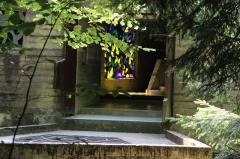 Ermitage de Saint-Rouin, puis chapelle de pèlerinage - Français:   Entrée de la chapelle à travers le feuillage