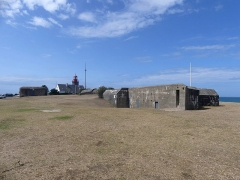 Batterie d'artillerie du Roc - English: Sight of two out of four bunkers of the Atlantic Wall and the lighthouse at the background, on the Pointe du Roc Cape, in Granville, Normandy, France.