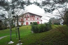 Villa Saraléguinéa - Euskara: Saraleginea etxeko loretokian Claude Viseux-en eskultura.