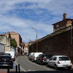 Ancien couvent des Cordeliers - Français:   La rue du Collège de Foix (vue de la rue Deville) entre le portail du couvent des Cordeliers et le collège de Foix.