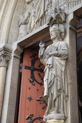 Eglise Saint-Bruno - Français:   Le Christ bénissant: portail occidental de l\'église Saint-Bruno de Voiron