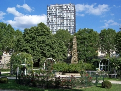 Tour Albert - English: View of the rose garden and the obelisk of the square René-Le Gall in Paris. In the background emerges the Tour Albert.