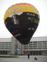 Aérogare du Bourget - English: Santa Claus has apparently switched from reindeer-driven sledges to hot air balloons... Photo taken at the aviation museum of Le Bourget, Paris, France, on December 24, 2008.