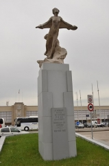 Aérogare du Bourget - English: Statue hommage to Nungesser and Coli and Lindbergh at the entry of the airport of Le Bourget