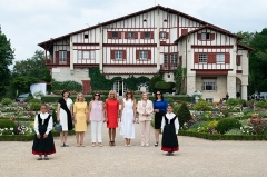 Villa Arnaga, actuellement musée Rostand -  First Lady Melania Trump takes a family photo with the spouses of G7 leaders during a tour of Villa Arnaga Sunday, Aug. 25, 2019, in Cambo-les-Bains, France. From left, 10 year-old Enea Amorena; Mrs. Akie Abe, wife of Prime Minister of Japan Shinzo Abe; Mrs. Malgorzata Tusk, wife of European Council President Donald Tusk; Mrs. Jenny Morrison, wife of Prime Minister of Australia Scott Morrison; Mrs. Brigitte Macron, wife of President Emmanuel Macron of France; Mrs. Maria Cecilia Morel Montes, wife of President Sebastian Pinera of Chile; Mrs. Adele Malpass, wife of President of World Bank David Malpass; and 8 year-old Haize Amorena. (Official White House Photo by Andrea Hanks)