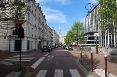 Eglise du Centre ou Saint-Clodoald - Français:   Rue d\'Orléans et église Saint-Clodoald à Saint-Cloud (Hauts-de-Seine).