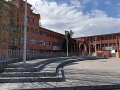 Lycée Victor-Hugo - Français:   La place devant le Lycée International Victor Hugo à Colomiers.