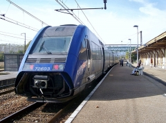 Gare - English: Sight of the French regional train n° 96609 coming from Valence (Drôme) and bound for Geneva (Switzerland), stopping at Culoz railway station, in Ain.