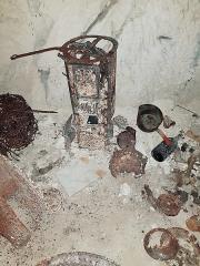 La Creute du Caïd - Français:   Poêle Godin et divers objets de la Première Guerre mondiale retrouvés à la Creute du Caïd à Aizy-Jouy