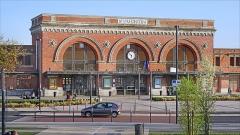 Gare -  La gare de Saint-Quentin a été reconstruite en 1925-1926, après sa destruction pendant la guerre de 14-18, par deux architectes Gustave Umbdenstock (1866-1940) et Urbain Cassan (1890-1979) qui ont repris le projet dessiné en 1922 par l'architecte Paul Bigot (1870-1942) chargé du plan de reconstruction de la cité en grande partie détruite. Le parvis a été rénové en 2014-2016. Le buffet-hôtel a été réouvert en 1926 et aménagé dans le style art déco par Urbain Cassan. L'établissement a fermé en 1990 mais les décors du buffet (vitraux, mosaïques murales, mosaïques du comptoir et de l'entrée) n'avaient heureusement pas été détruits. Le mobilier et les luminaires d'origine ont par contre disparu. Les vitraux et mosaïques sont du maître-verrier Auguste  Labouret (1871-1964) qui avait travaillé à la décoration de l'hôtel Lutetia à Paris. La ville a procédé de 2016 à 2017 à la restauration du buffet et de l'entrée de l'hôtel, avec l'aide de l'État, de la Région et du département. La ville collabore avec le lycée des métiers de l'ameublement de Saint-Quentin qui a réalisé des meubles art déco dans le style du buffet pour réaménager ce lieu désormais ouvert au public.  La gare sur Wikipedia <a href=