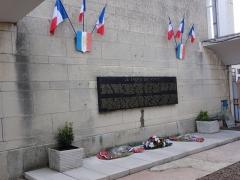 Rotonde et halle-atelier ferroviaires - English: Gare de Laon, memorial La SNCF à ses morts