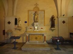 Eglise paroissiale Notre-Dame de l'Assomption -  Autel et monument aux morts de la Première Guerre mondiale, dans l'église ND de l'Assomption de Reillanne