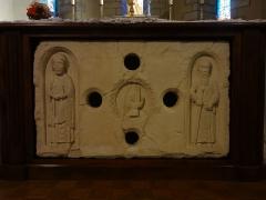 Eglise paroissiale Notre-Dame de l'Assomption -  Devant d'autel sculpté, représentant saint Jacques et saint Martin, encadrant la main de Dieu bénissant