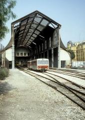 Ancienne gare du Sud - Deutsch: Chemins de fer de Provence (CP) Bahnhof Nice-CP eines heissen Tages im Juli 1983: Ein Blick in die alte Bahnhofshalle. Vor der Halle stehen zwei Beiwagen.