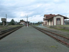 Gare ferroviaire de Brélidy-Plouëc -  La gare de Plouëc-du-Trieux. A gauche le château d'eau, vestige de la ligne des Chemins de Fer des Côtes-du-Nord et à droite la gare Réseau Breton
