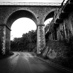 Pont des Courses - English: The pont des courses in CESSON-Saint-Brieuc,(Britanny, France) the higher is for the Compagnie des Chemins de Fer de l'Ouest, the lower for the Chemins de Fer des Côtes-du-Nord, two former national and local railway companies