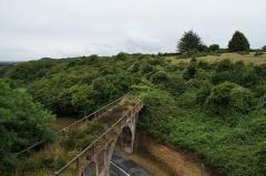 Pont des Courses - Deutsch: Die derzeit ungenutzte Eisenbahnbrücke der früheren Schmalspurbahn über die route des Courses in St-Brieuc, Zustand 2015